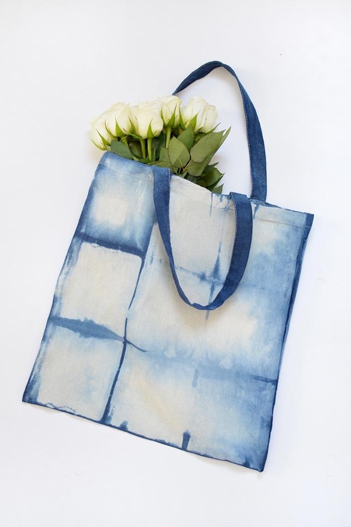 déco sur tissu avec peinture pour textile à design aquarelle ombré en blanc et bleu, modèle de sac cabas personnalisé