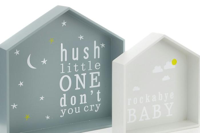 deco baby shower garcon, etageres casiers en forme de maisons avec toit, baby shower garcon, box future maman, déco murale en vert pétrole et en blanc