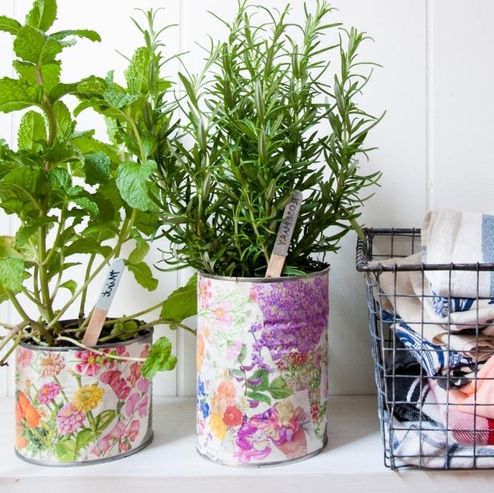 recycler des boîtes de conserve en pots jardinières, potager en boîtes de conserves décorées avec du papier à motif fleuri