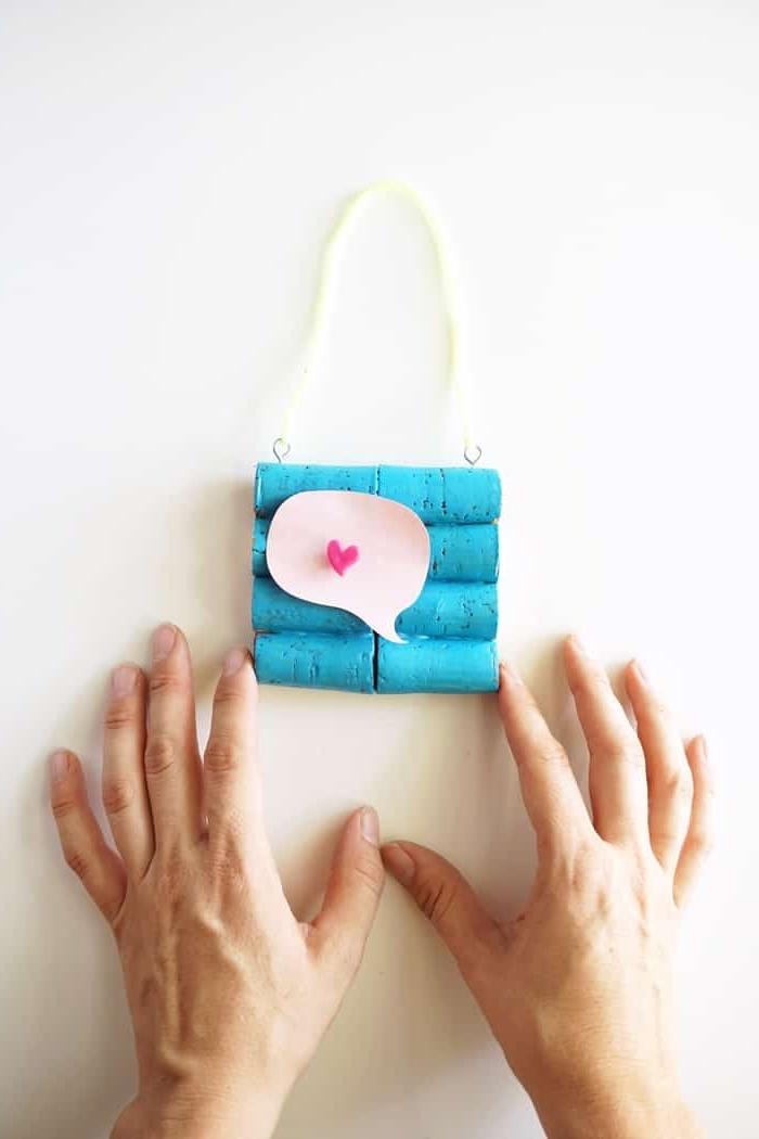 mini tableau mémo réalisé avec des bouchons de liège repeins en bleu, idée déco murale originale avec objet recyclé