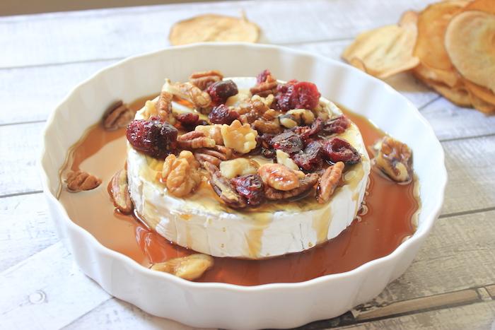 recette facile amuses bouches originaux, brie au four avec de la sauce poire, canneberges et noix de pecan