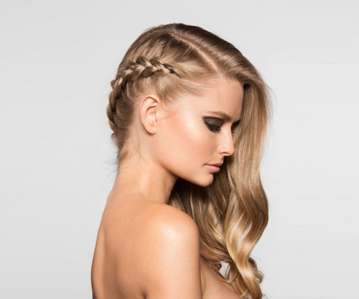 exemple de coiffure romantique aux cheveux longs bouclés avec une tresse plaquée de côté, idée coiffure cheveux mi-attachés