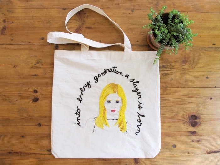 technique broderie facile à design fille blonde et citation inspirante sur un tote bag blanc, idée comment personnaliser un sac à main
