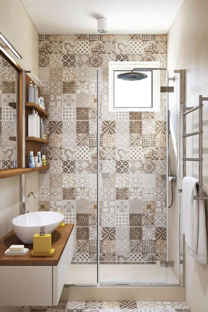 le carrelage imitation carreaux de ciment à motifs patchwork investissent le sol et le mur de la douche italienne