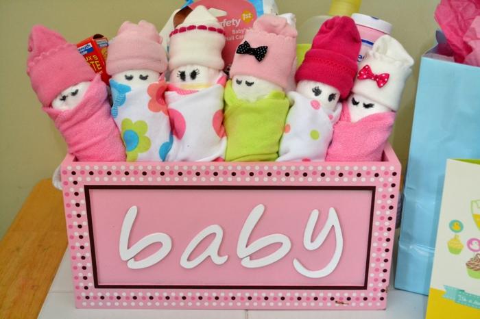 box femme enceinte en rose avec des initiales lettres blanches Bébé, baby shower fille, des chaussettes enroulées pour former des petits bébés