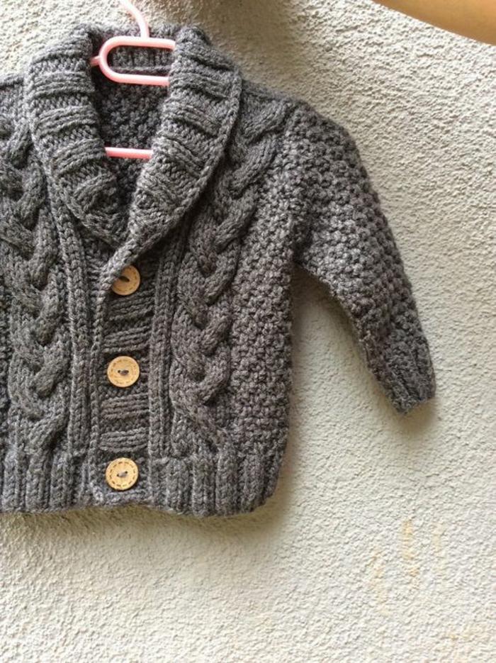 cadeau baby shower, cadeau future maman, baby shower garcon, pull en grosse maille grise avec des boutons bois clair