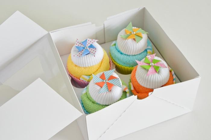 box femme enceinte avec quatre chaussettes colorées enroulées en forme de cup cakes, coffret cadeau femme enceinte