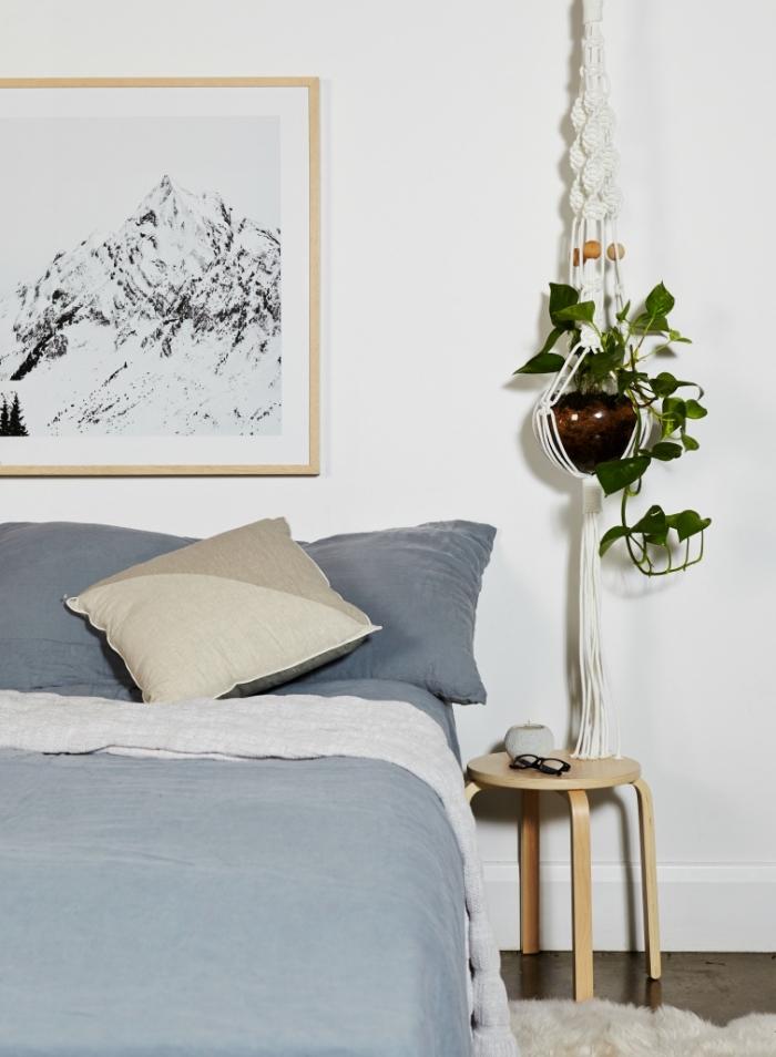 aménagement de chambre adulte en style minimaliste en couleurs neutres avec meubles de bois clair, suspension plante en macramé DIY