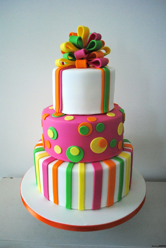 pièce montée d'anniversaire, gateau présent, rubans colorés sculptés, design de dessert coloré
