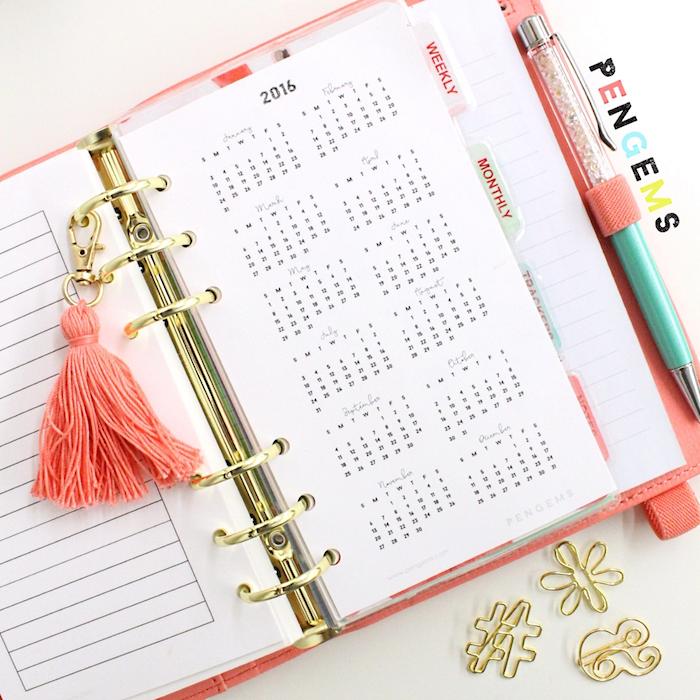 calendrier à imprimer et insérer dans son agenda, décoration de pompon à franges, diy agenda facile a faire