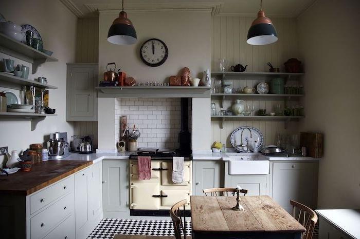 exemple de cuisine campagne chic avec meuble bas gris, plan de travail bois, table et chaises bois, brut, étagères ouvertes grises, vaisselle vintage
