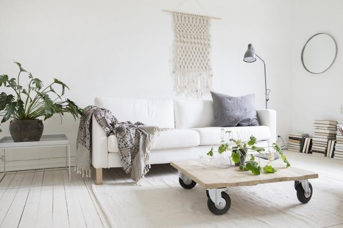 design intérieur de style minimaliste avec suspension murale en macramé DIY, salon blanc avec meubles de bois clair