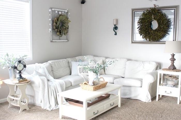 exemple de deco salon style shabby, canapé d angle blanc, table basse blanche, tapis gris, deco couronne verte