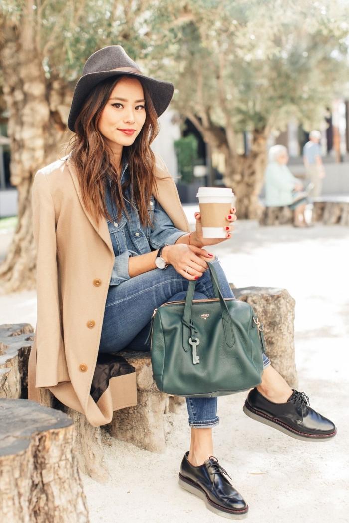 look casual chic avec paire de chaussures derbies en vernis noir, look total denim avec blazer beige et chaussures noires