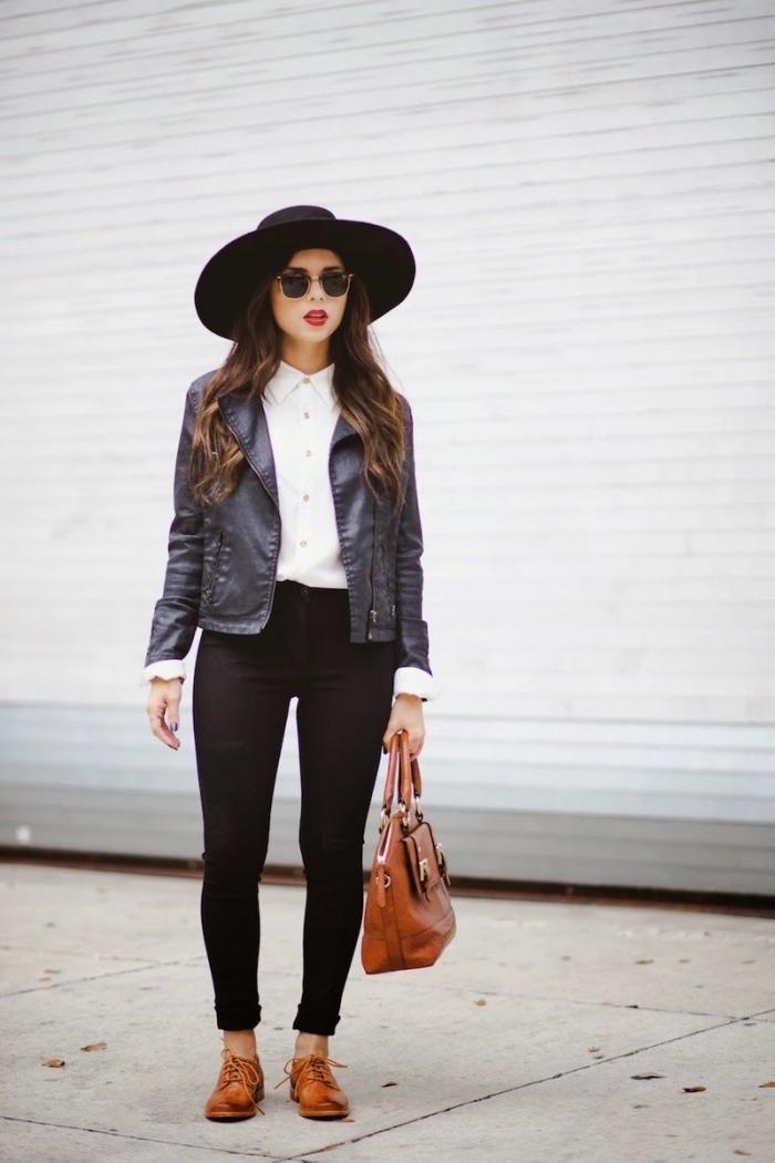 modèle de pantalon slim noir et chemise blanche combinés avec veste en cuir noir, porter chaussures plats marron avec sac à main marron