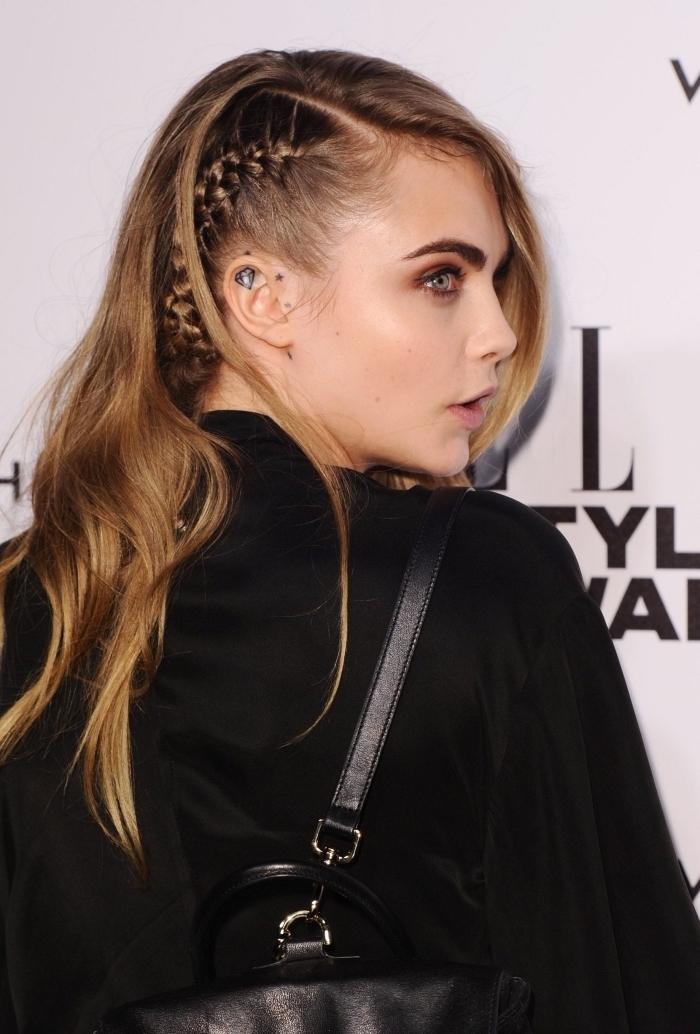 look rebelle avec une coiffure aux cheveux attachés en tresse plaquée de côté, exemple de coiffure facile et chic pour cheveux raids