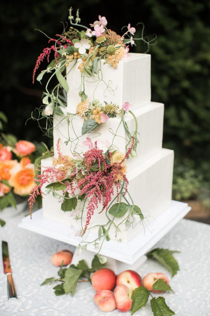Idée gateau carré à fondant blanc pour mariage bohème chic, idée gateau top fleurs champetre chic