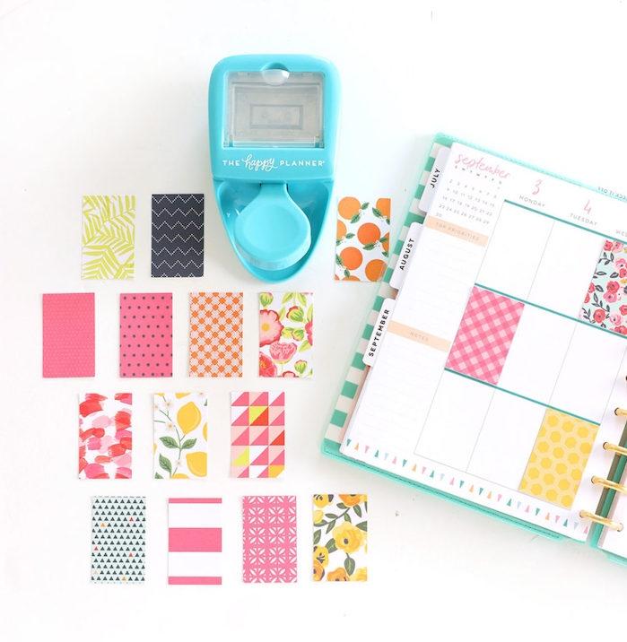 carrés papier scrapbooking colorés à coller dans son agenda pour décorer les cases à ne pas remplir