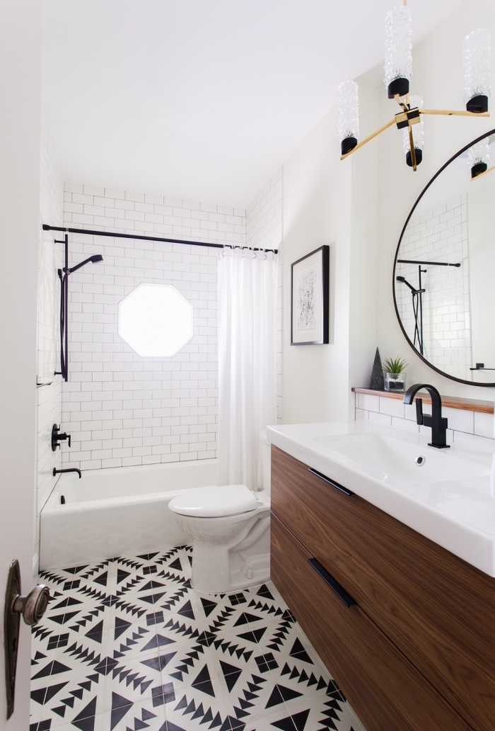 une salle de bains de style scandinave moderne avec un accent fort sur le sol en carreaux de ciment noir et blanc à motifs ethniques navajo