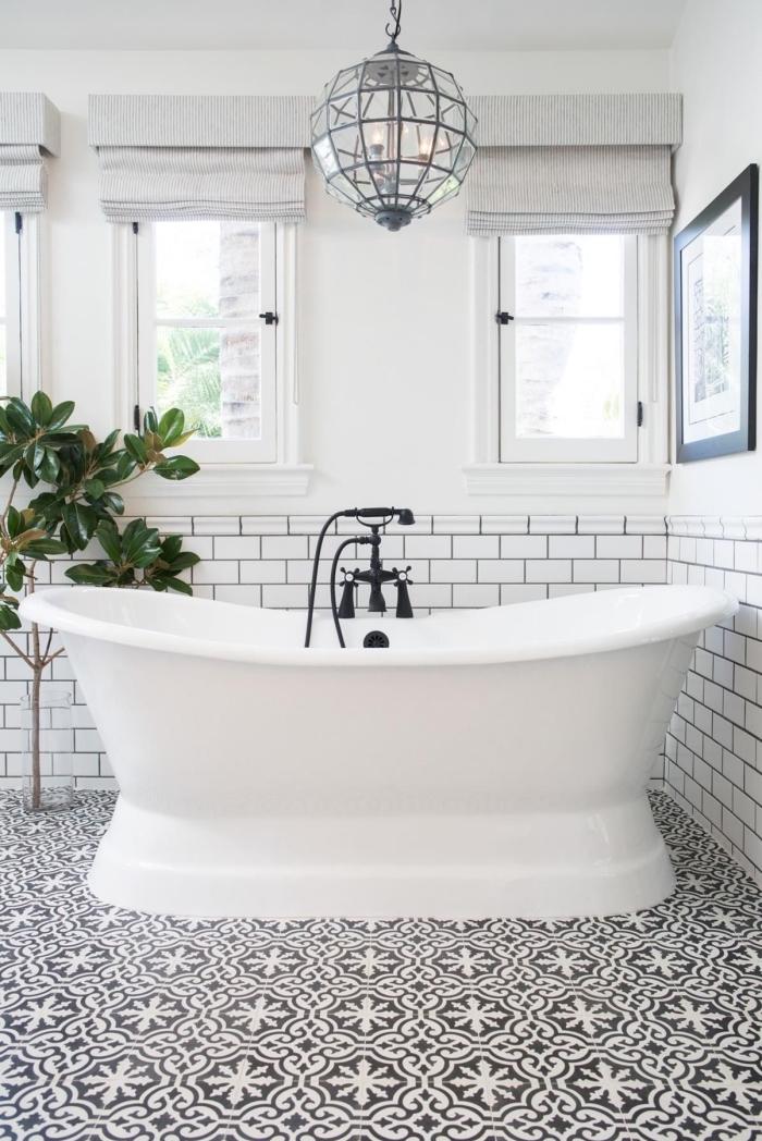carreaux de ciment salle de bain à motifs floraux vintage en noir et blanc qui dynamise l'intérieur épuré à soubassement en carrelage métro blanc