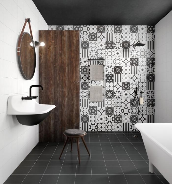 des carreaux de ciment salle de bains à motifs floraux monochrome pour dynamiser le décor sobre en blanc, noir et bois foncé