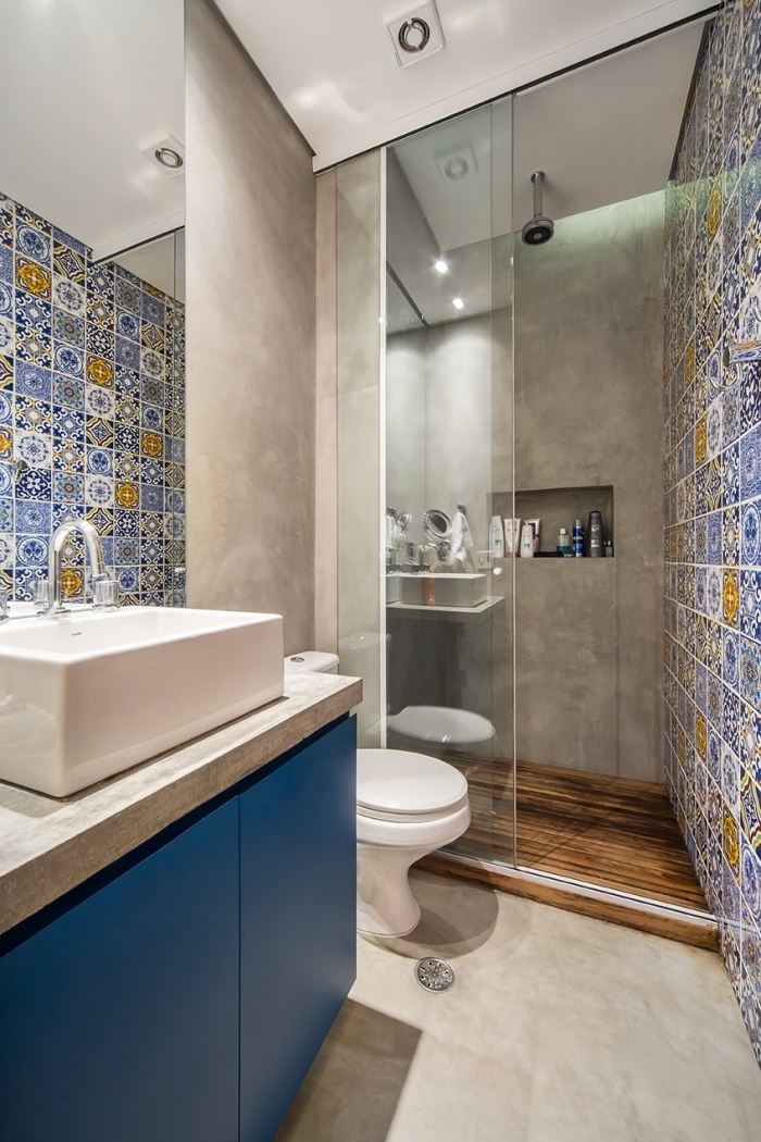 une salle de bains à l'italienne qui joue sur le contraste de l'aspect béton avec le carrelage effet carreaux de ciment à motif patchwork