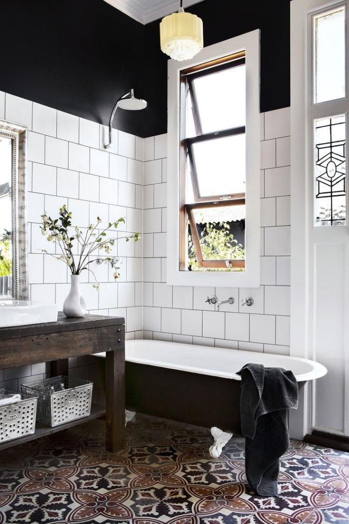 une salle de bains de style campagne chic qui associe un carrelage métro blanc aux murs et un revêtement de sol en carrelage carreaux de ciment
