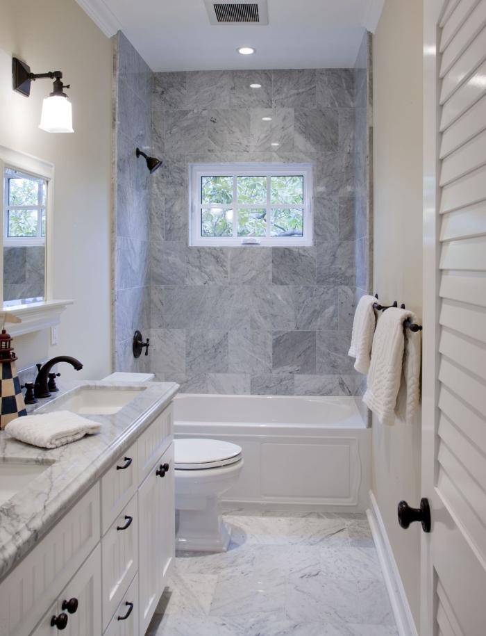 aménagement petite salle de bain avec baignoire, design intérieur stylé avec carrelage marbré et peinture murale beige
