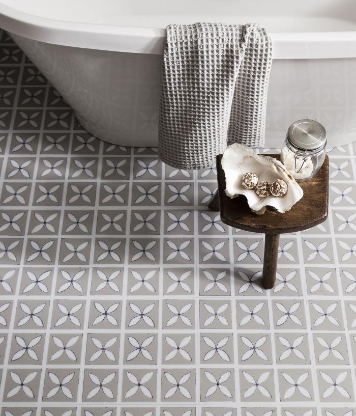 le carrelage effet carreaux de ciment en tons neutres et à motifs délicats confère une sensation de douceur à la salle de bain