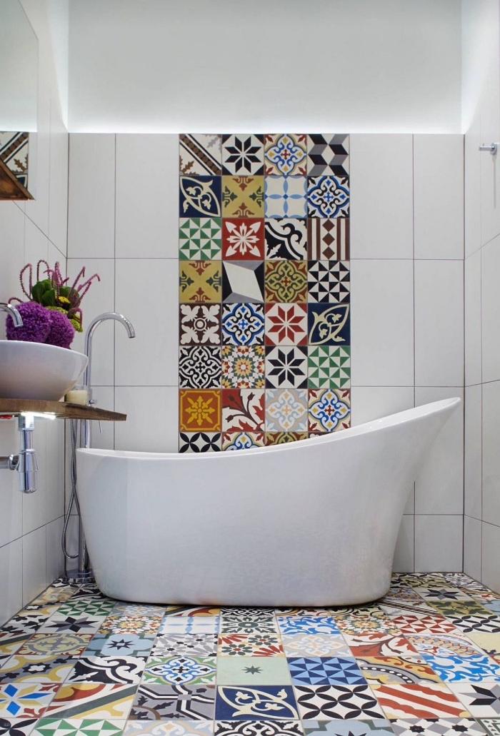 petite salle de bains avec baignoire originale réveillée par l'utilisation des carreaux de ciment patchwork colorés au sol et au mur