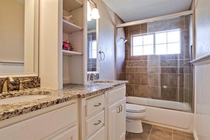 meuble de rangement gain place vertical avec étagères, idée comment intégrer une baignoire douche dans petite salle de bain