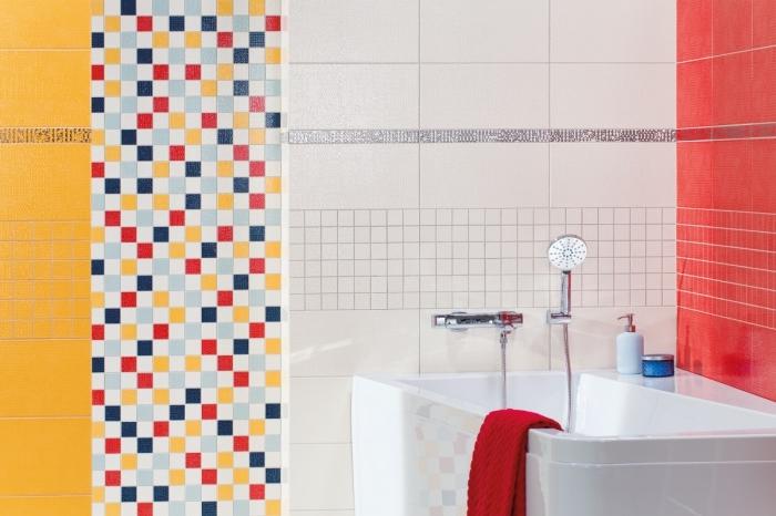 modèle de carrelage coloré pour déco de petite salle de bain moderne, déco salle de bain avec petite baignoire d'angle