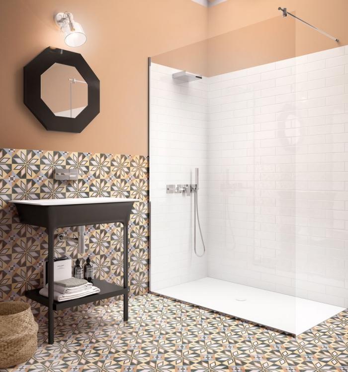 deux zones dans la salle de bains délimités par des carrelages différentes, carrelage effet carreaux de ciment au sol et en guise de soubassement