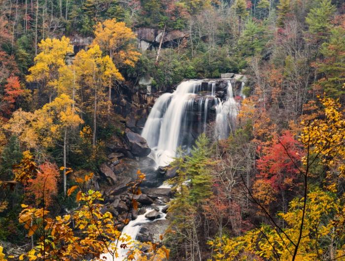 chutes d'eau dans la forêt, cascade impressionnante, arbres au feuillage teinté de jaune et rouge, paysage d'autolne