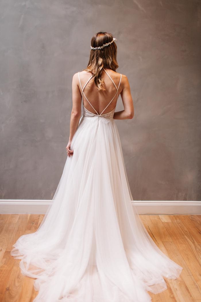 silhouette romantique et chic en robe de mariée bohème chic en tulle et dentelle à bas évasé contrastant avec les bretelles fines croisés
