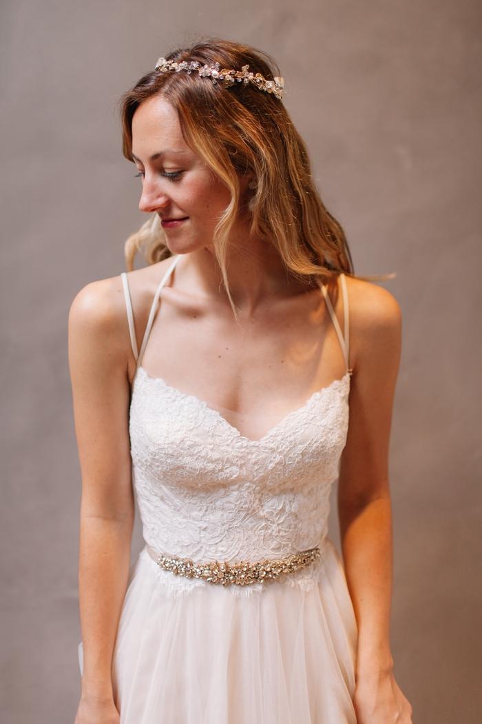 robe de mariée bohème chic à bas évasé en tulle associé à un bustier demi-coeur en dentelle avec des bretelles fines qui se croisent au dos ouvert