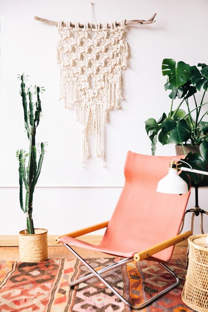 déco de style bohème chic avec meubles bois clair et plantes exotiques, modèle de suspension macramé en bois et corde