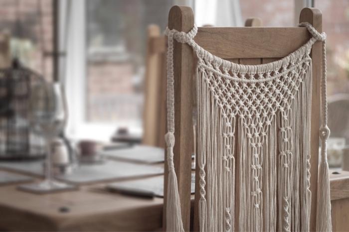 modèle de création en noeuds macramés pour décorer le dos d'une chaise en bois, exemple suspension macramé facile