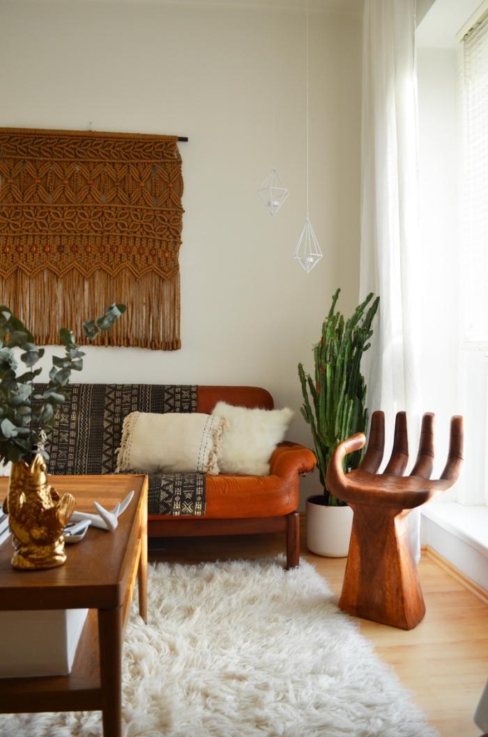 comment décorer un salon cozy en style bohème avec tapis large en faux fur et suspension murale DIY en noeuds macramé