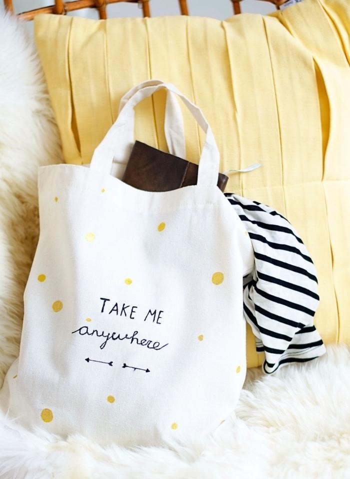 idée sac a paillette ou à peinture dorée customisé, modèle de déco facile sur sac à main blanc à faire avec pochoir lettres et feutre textile noir