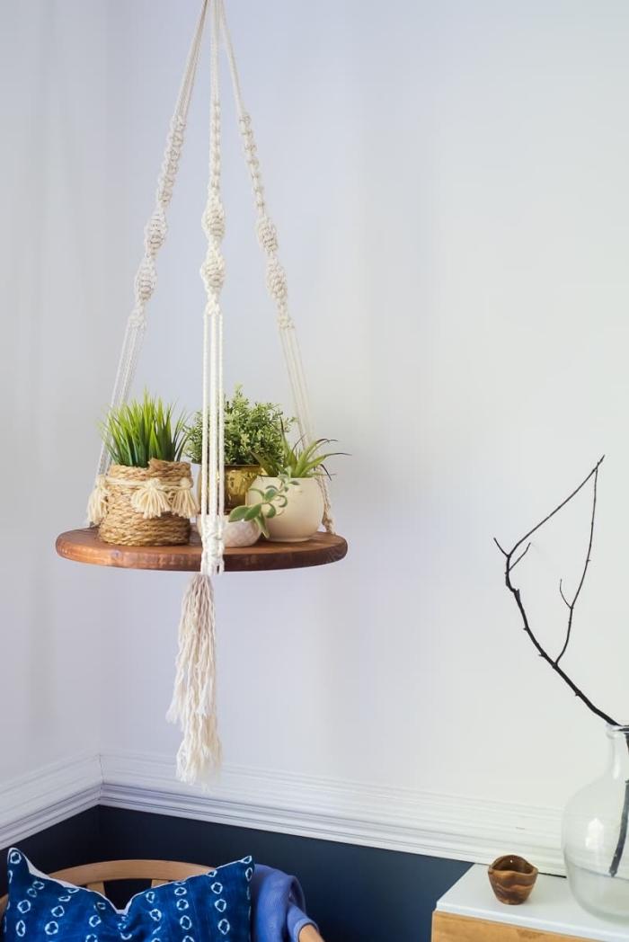 exemple de suspension plante macramé et bois avec tassels et cordes twistés, déco de salon en style bohème chic