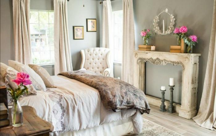 cheminée blanche, bougeoirs près de la cheminée, peinture vert, chaise capitonnée, lit