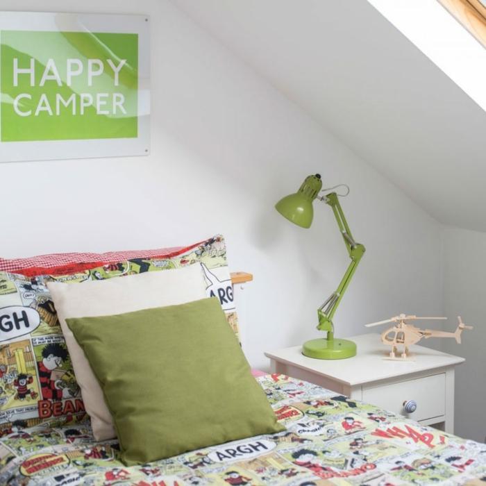 lampe verte, coussins, parure de lit moderne, lampe de table verte, chevet blanc, idee deco chambre garcon