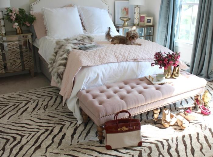 décoration chambre adulte moderne, tapis print animal, banquette de lit rose, jeté de lit rose, sac et chaussures à hauts talons