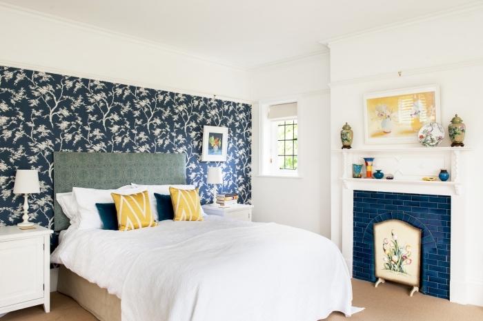 papier peint tete de lit original posé sur une partie du mur