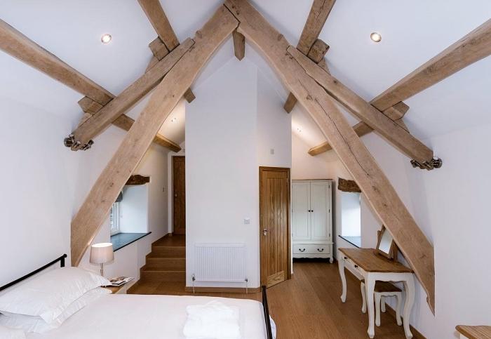 déco de pièce blanche avec charpente apparente en bois brut, modèle de déco minimaliste avec meubles de bois