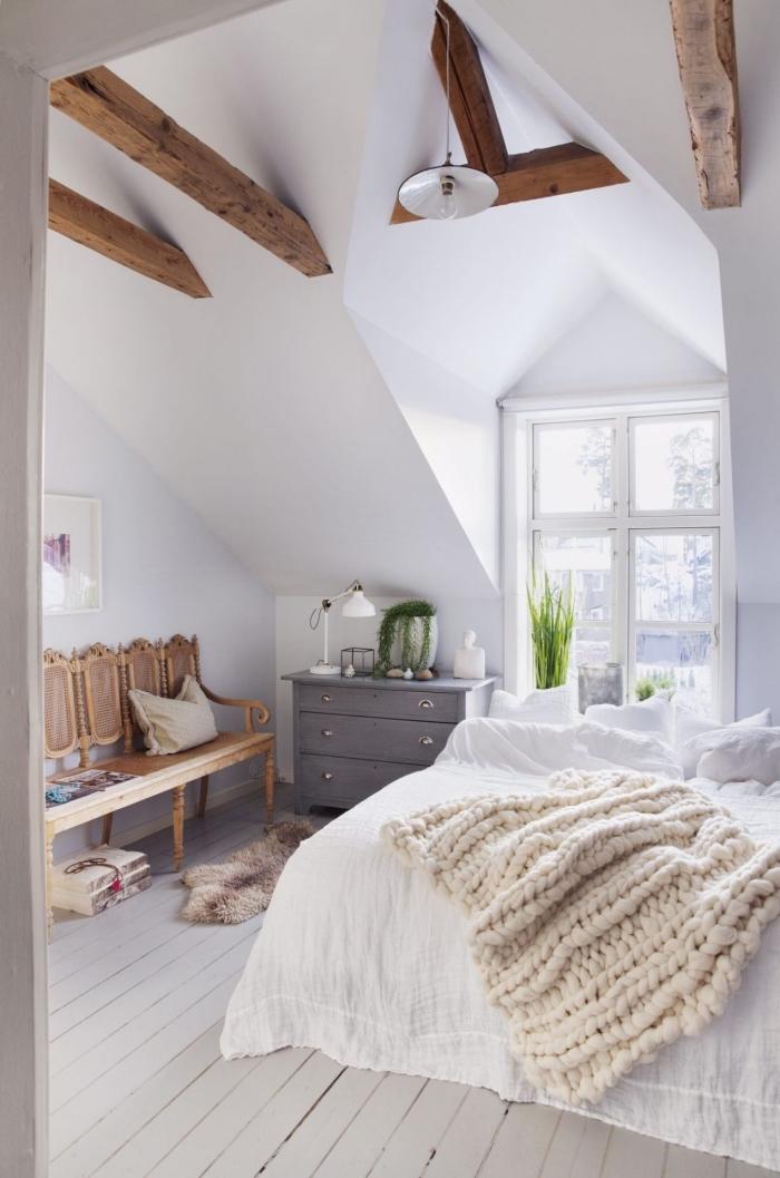 déco cocooning dans une chambre adulte aux murs blancs avec meubles et poutres de bois, idée plantes vertes pour intérieur