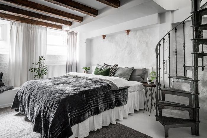 idée comment aménager une pièce adulte blanche dans l'esprit nordique avec grand lit, idee pour refaire plafond facilement