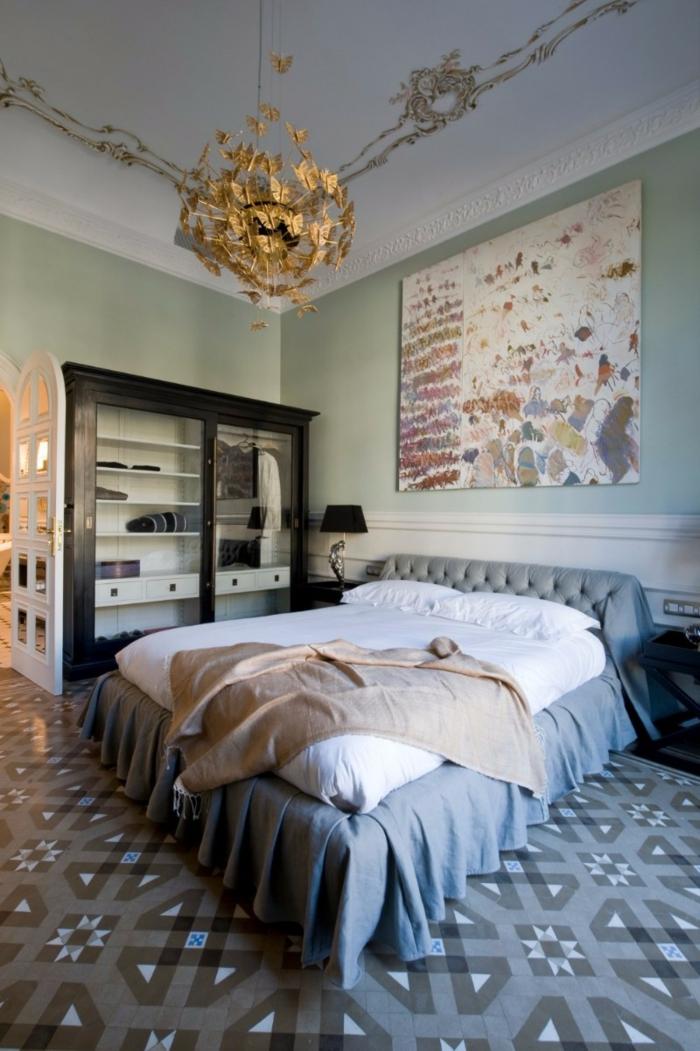 couverture de lit rose, jeté de lit gris, plafonnier original, sol carreaux de ciment, décoration chambre adulte moderne