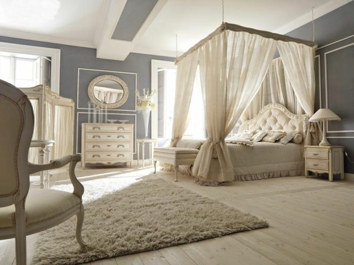 chambre spacieuse en couleur crème, chaise baroque, commode en bois, miroir ovale, lit baldaquin, deco romantique